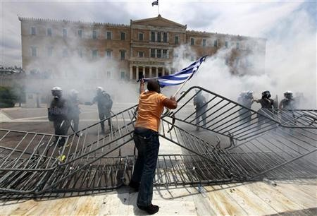 I dimostranti si scontrano con la polizia fuori dal parlamento di Atene
